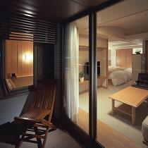 【露天風呂付き客室】檜風呂や木目家具、白を基調とした落ち着いた室内でごゆっくりお過ごしくださいませ。