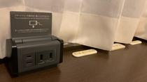 デスク回りにはコンセント5口 USBポート2口完備