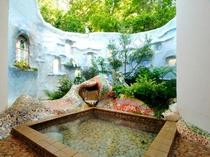 スペインの建築家「ガウディ」の貸切露天風呂