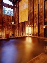 露天付客室1Fダブルに備わる岩風呂