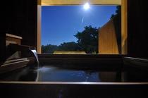 2010年12月新設の檜風呂。月夜。