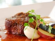 メインディッシュの牛肉のステーキ季節の野菜添え