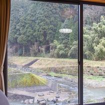 *【景観(半露天付和室)】川を眺めながら、都会の喧騒を忘れられるひととき。