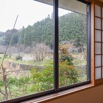 *【景観(本館和室)】四季折々、色鮮やかな木々をお楽しみいただけます。