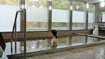 支笏湖温泉は、皮膚の表面をやわらかくして脂肪や分泌物を洗い流す効果があるという成分を含んでいます。