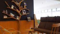 ロビーにはツリーをモチーフにした本棚がございます。