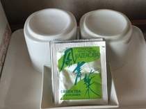 お部屋に湯飲みと緑茶のパックをご用意しています。