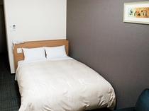 ゆったりとした140cm幅のベッド♪禁煙ダブルルームのお部屋です。