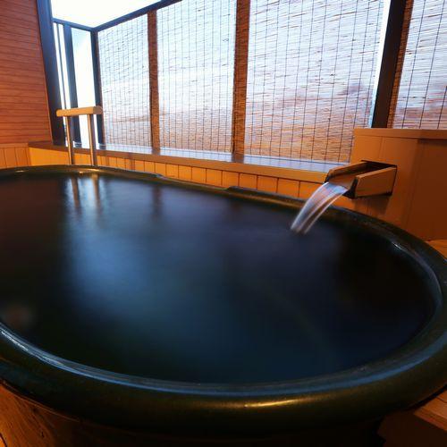 【露天風呂付客室】信楽焼の陶器風呂が付いた露天風呂付の客室※一例