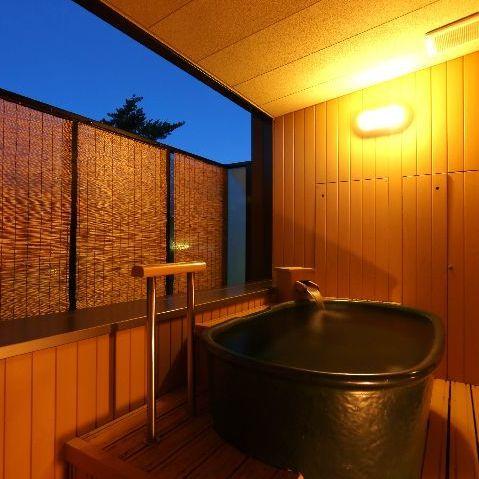 【露天風呂付客室】信楽焼の陶器風呂が付いた露天風呂付きの客室※一例