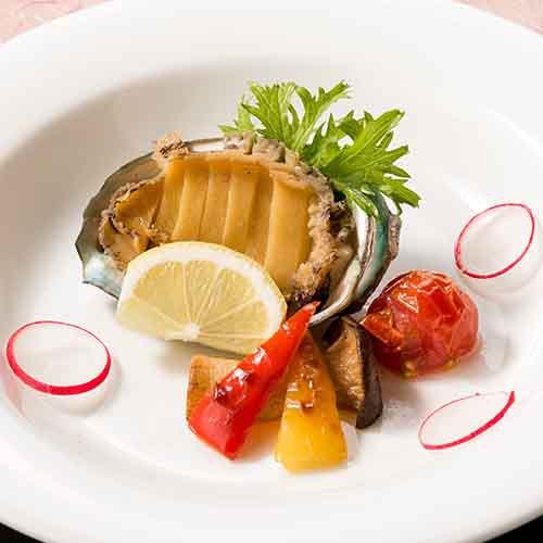 【鮑ステーキ/ご夕食の際の追加料理】 柔らかく深みのある磯の味。旅の美味しい思い出に。