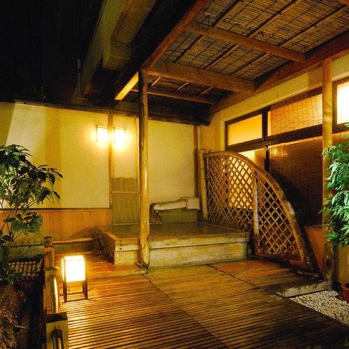 【露天風呂】古代ヒノキを使った露天風呂です。写真は男性露天風呂。