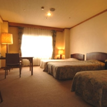 【トリプル客室バストイレ付】気の合う仲間とベッドで寛ぎ、楽しい旅の夜をお過ごしくださいませ