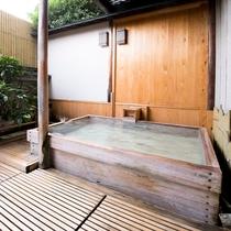 【露天風呂】ぶどう園から1961年に湧き出て以来、美肌の湯としても名高い。写真は女性露天風呂