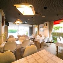 爽やかな朝の光が差し込む明るいレストランで目覚めの朝食を…
