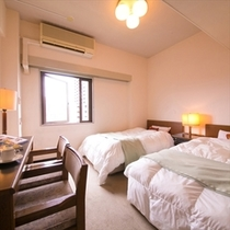 【ツインルーム】寝心地のよいベッドでぐっすり。(有線・無線LAN両方対応)