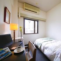 【シングルルーム】寝心地のよいベッドでぐっすり。(有線・無線LAN両方対応)