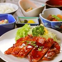 ◆鶏の照り焼き定食(夕食)◆ふっくら焼き上げた鶏肉を照り焼きで。ごはんが進みます♪