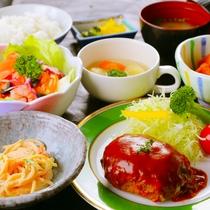 ◆ハンバーグ定食(夕食)◆肉汁でパンパン♪に膨らんだハンバーグ。特製ソースで思わず笑顔に♪