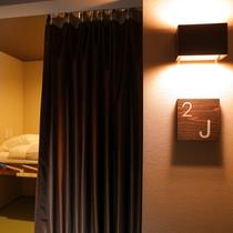 ◆キャビンルーム入口◆各部屋の入口はカーテンで仕切られております