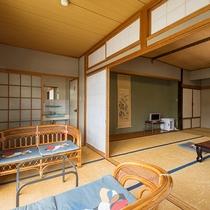 *【客室一例/和室13畳】陽のあたる窓際で、家族団欒のひとときを。