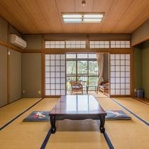*【客室一例/和室13畳】窓の外の緑が美しく、癒されます。