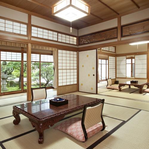 温泉付特別室「離れ、菊の間」。数奇屋造りで細部まで拘ったお部屋と回廊は光と影を優しく取り込みます