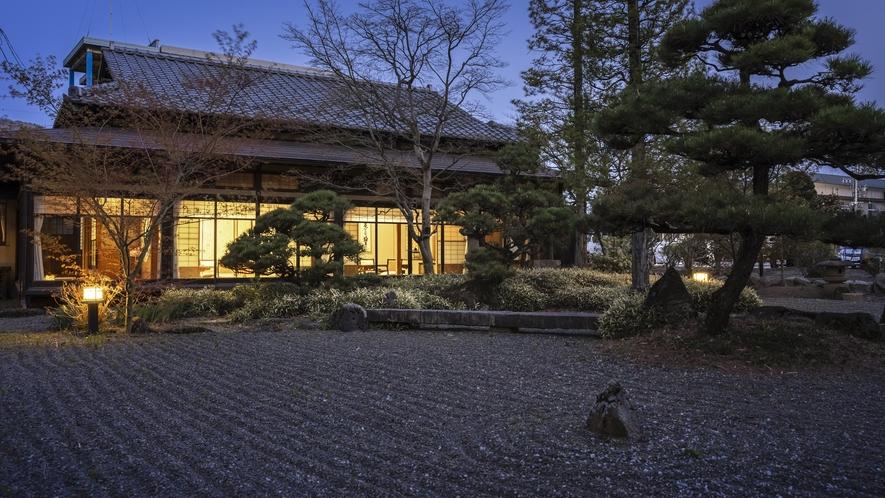 敷地内には、片倉家の別邸として建てられた有形文化財「菊の間」がそのまま残されています