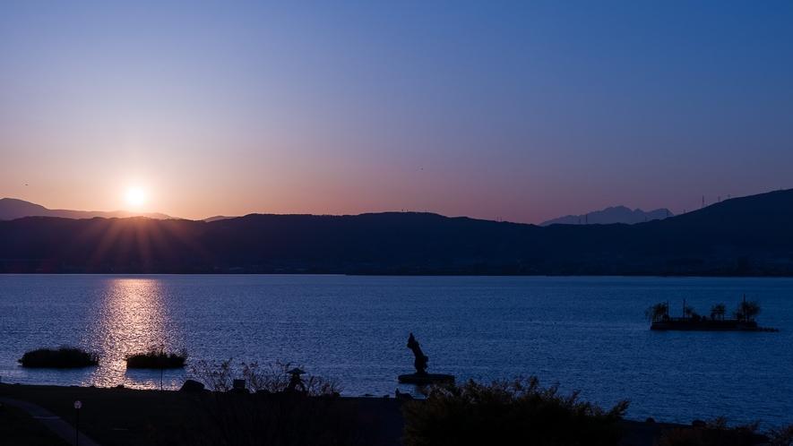 雄大な諏訪湖の夕景