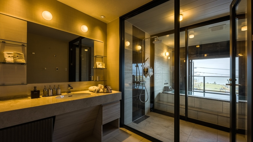 客室露天 全室露天風呂付 客室の温泉露天風呂から諏訪湖を望みます