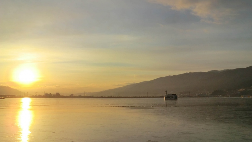諏訪湖の勇壮な夕景