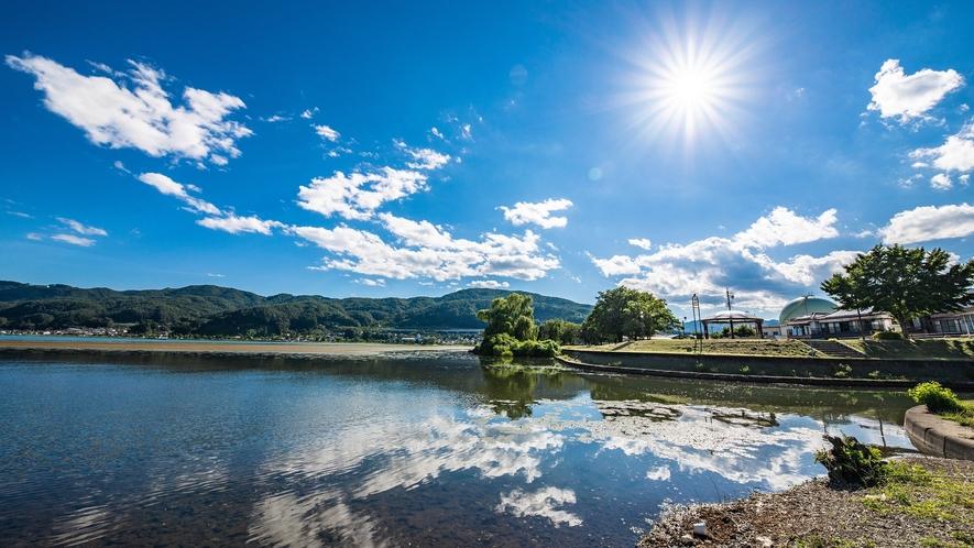 当館の目の前に諏訪湖があります。夏は目の前から打ち上げる花火もお楽しみ頂けます。