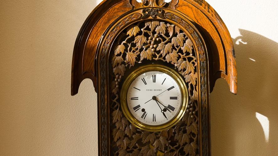 かたくら諏訪湖ホテル時代から使用している振り子時計が落ち着いた空間を演出しています。