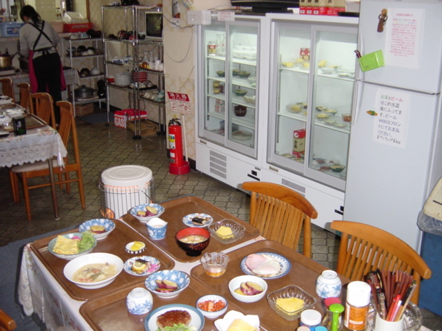 1階食堂の朝食の風景。ショーケースの冷蔵庫からお好きなおかずを