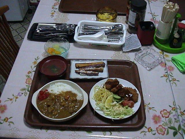 甘口バーモントカレー、とんかつ、サツマイモの素揚げ。*工事等ビジネス滞在夕食対応可!