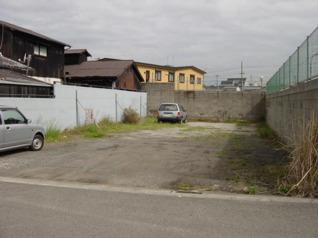 ホテルから徒歩3分の第2屋外駐車場 4トントラックも可。一泊500円