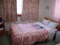 角部屋213号室。セミダブルのお部屋。カップルでもホテル館内貸切大浴場利用可!