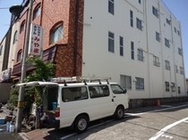 ホテル隣の駐車場*和歌山一番の繁華街に立地。チぇックイン後も出し入れ自由な第一駐車場
