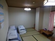 7.5畳和室。バストイレは隣の貸切大浴場で!3名様〜4名様ご家族様でどうぞ!!