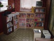 ロビーのマンガコーナー。お部屋でどうぞ!!退屈なときは漫画を読みましょう!
