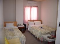 201号室 バストイレ付。セミダブルベッド設置3名様宿泊可。ホテル館内貸切大浴場利用可!