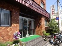 ホテル正面*和歌山一番の繁華街に立地ホテル左は館内駐車場となります。防犯カメラ設置