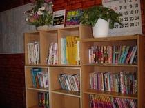 フロントでの本棚。お部屋で漫画を楽しんでください。