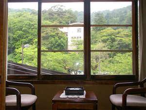 当館は城崎ロープーウェイの正面。窓から行き交うロープーウェイが見られます。