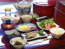 女将手作りの朝食。地元素材を使った、温かな手料理が人気です。