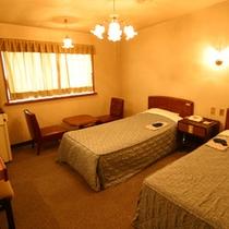 *西館洋室(客室一例)/シンプルなツインルームで快適なホテルステイを満喫。