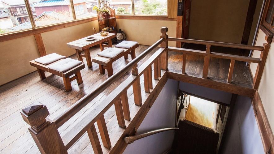 *【休憩所】時代を重ね キャラメル色に光る総板張りの床や手摺。