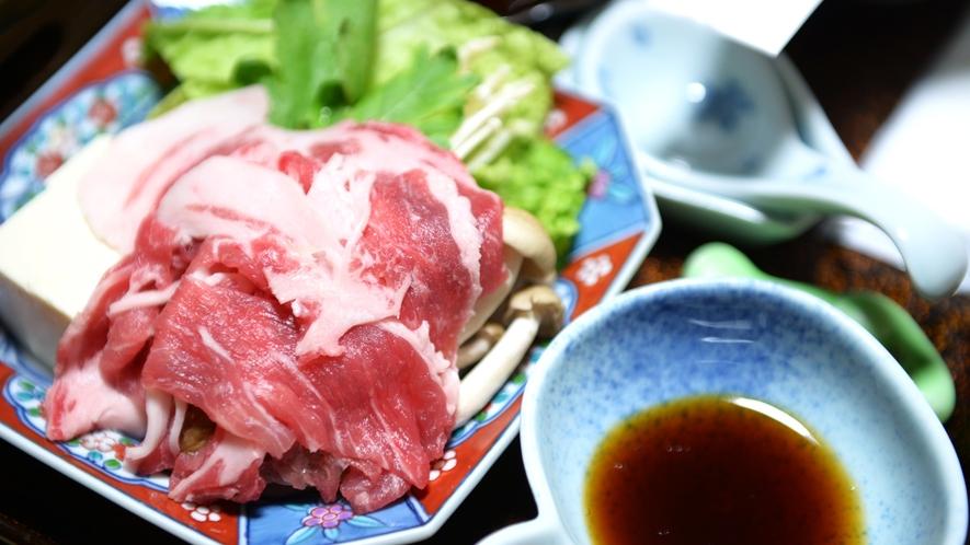 *【夕食一例】お日にちや季節によっては、甘みのある豚を使用したしゃぶしゃぶをお出しいたしております。