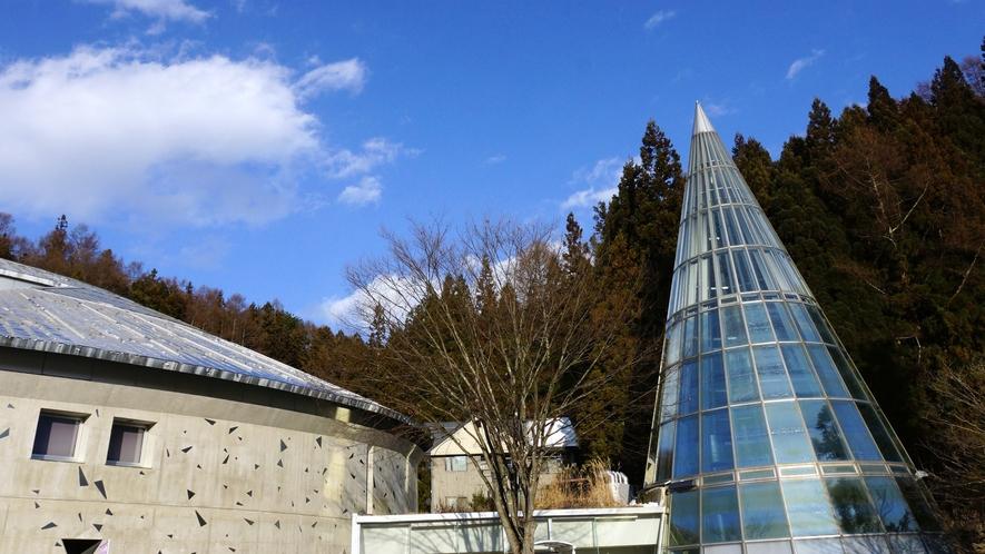 江戸切子や現代ガラス細工などを展示している「志賀高原ロマン美術館」徒歩7分