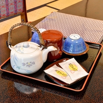 *お部屋に到着後、まずはお茶と和菓子でホッとひと息。